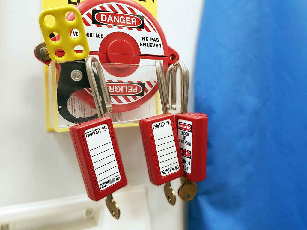 lockout_tagout_worker_workplace_safety